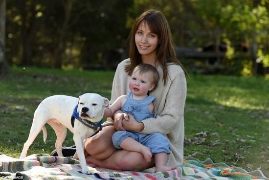 莫名感动 三腿狗陪伴独臂婴儿