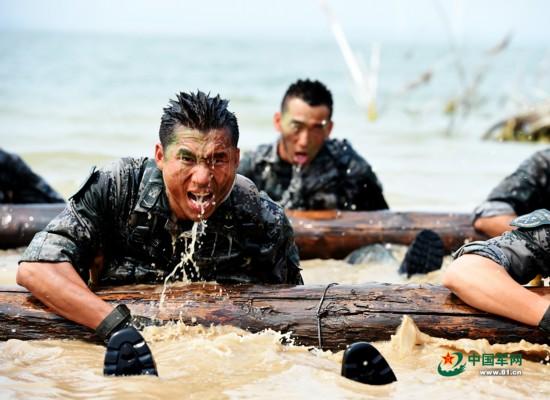 解放军水中残酷训练 挑战极限 腾空搏杀