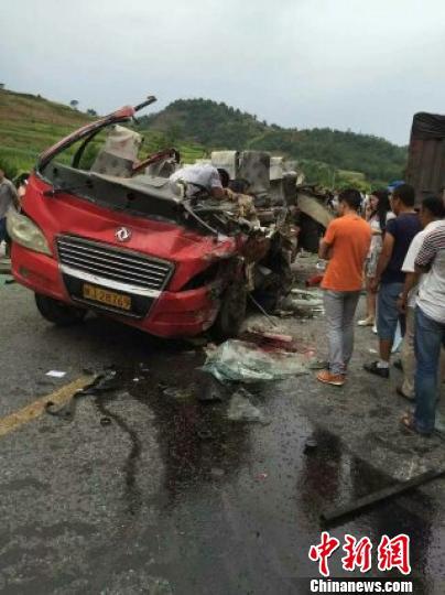 陕西延安境内客车与货车相撞伤亡人数不详(图)