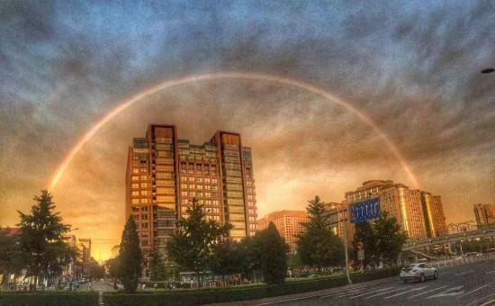 北京雨后现彩虹晚霞 市民齐秀美景
