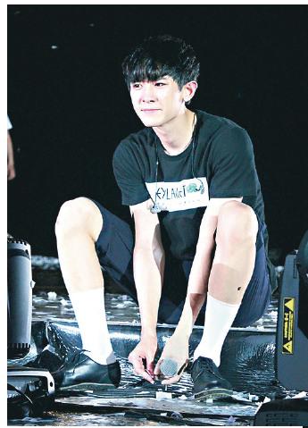 EXO成员灿烈遭粉丝扔纸扇砸到小腿