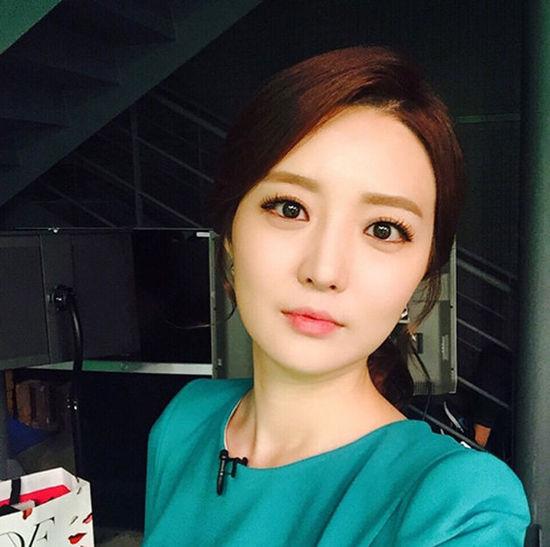 韩国美女主播出镜忘摘发夹 网友:很可爱