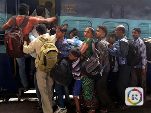 印度连发生两起火车出轨事件 死亡或超百人