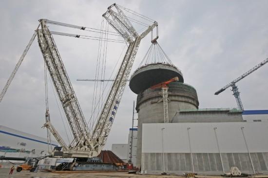 8月4日,海阳核电2号机组钢制安全壳顶封头正在吊装。 8月4日,建设中的山东省海阳核电站2号机组钢制安全壳顶封头顺利吊装就位,2号机组反应堆厂房内部核岛土建施工基本完成,1、2号机组目前进入移交调试高峰阶段。海阳核电项目一期工程投入运营后,年发电量将达175亿千瓦时,对优化山东电源结构,拉动地方经济发展,特别是节能减排起到积极作用。新华社发(唐克 摄)