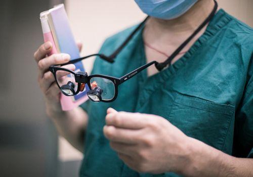 放大2.5倍的手术放大镜,36岁时,顾承雄就得了老花眼.-白大褂口