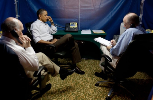 材料图:美国总统奥巴马在特制的帐子内。