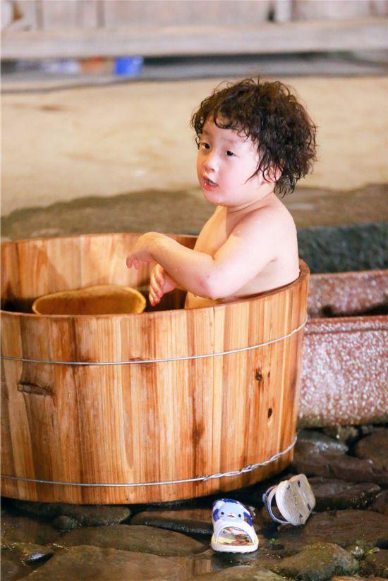 爸爸3 萌娃沐浴照遭曝光 轩轩洗澡澡萌态十足图片
