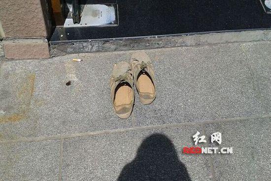 民工易師傅將這雙鞋脫在門外,赤腳進去上了廁所(網友供圖)