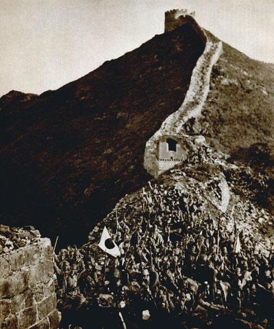 日军在八达岭长城上欢呼。