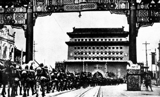 图为日军队伍经过前门大街。