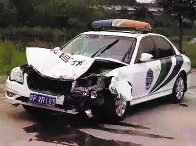 少年载弟弟妹妹玩遇车祸_城管执法车撞三轮孩子2死2伤