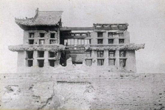 图为被日军炮火毁坏的山海关关城。