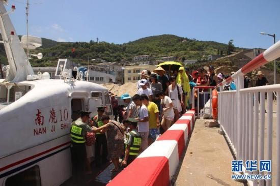 """#(社会)(1)浙江温州:台风""""苏迪罗""""逼近 南麂岛撤离1700余名游客"""