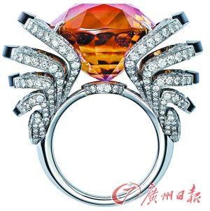 卡地亚白K金戒指,主石为一颗33.42克拉褐色碧玺。
