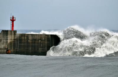 海边掀大浪致2死1失踪双胞胎妈妈舍命救好友女儿