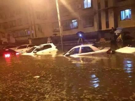 北京暴雨后出现内涝 部分路段积水成海