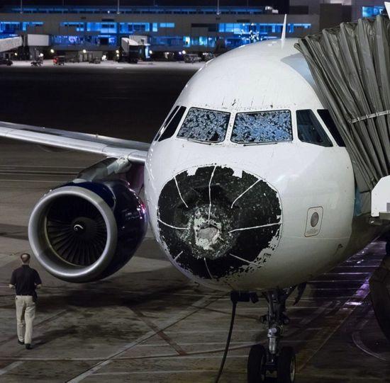 """美国客机飞行中遭遇冰雹 飞行员""""盲降""""成功"""