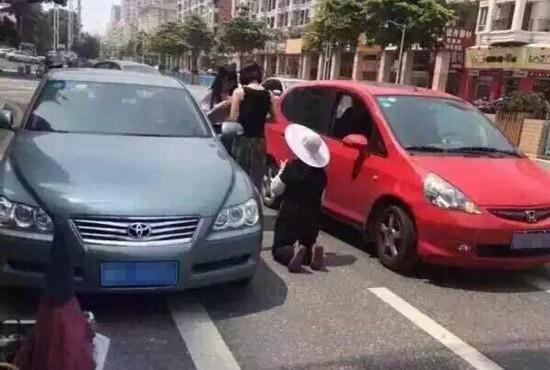 阿姨骑三轮车刮花汽车 当街下跪求少赔