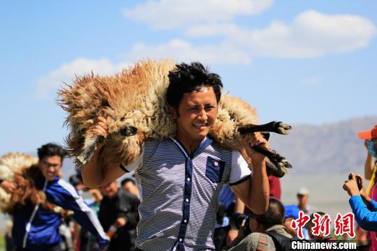新疆赛羊大会热闹有趣