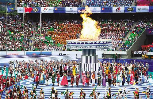 圣火被56个民族火炬手点燃.-第十届全国少数民族传统体育运动会开幕