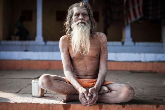 """摄影师独身探秘印度""""食人族"""""""