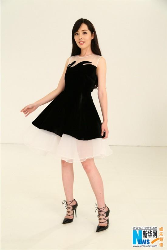 她与设计师李薇一起以黑色为主打色,薄纱,丝绒,花朵等元素作为点缀,使