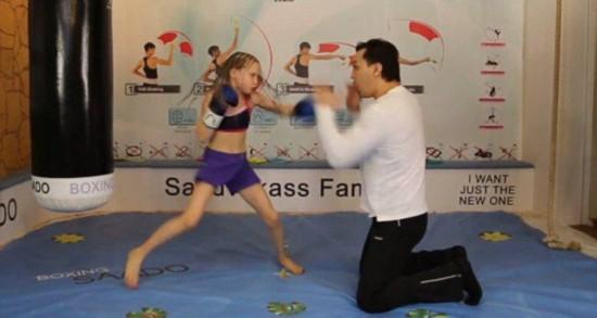 俄拳击手全家习武 8岁女儿出拳如风令人惊叹