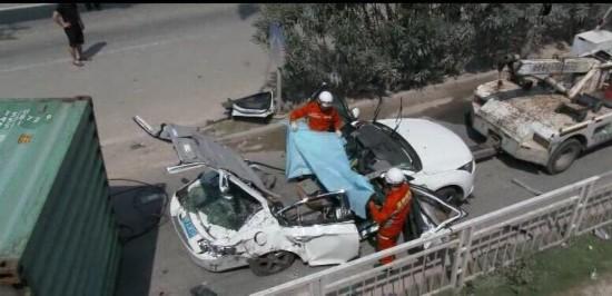 深圳货柜车与小车争道侧翻 小车当场被砸扁