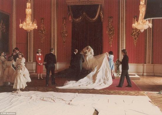 英国王室公布戴安娜王妃大婚珍贵照片
