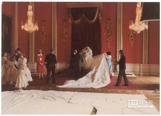黛安娜王妃穿着纯白的婚纱,在会场中成为最美丽的焦点。(图片取自metro)