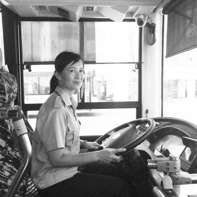 6旬翁公交上突发癫痫 女司机和乘客一起施救