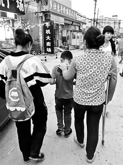 """""""暑假乞丐""""现身北京地铁 儿童带着作业来乞讨"""