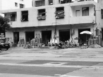 海口水泥马路市场粉尘飞扬 多个花坛被破坏