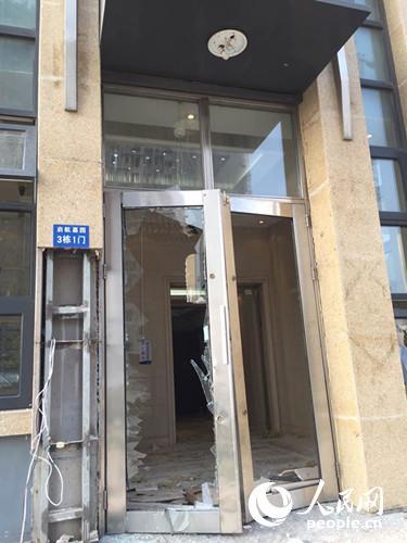 启航嘉园小区单元门被爆炸震碎