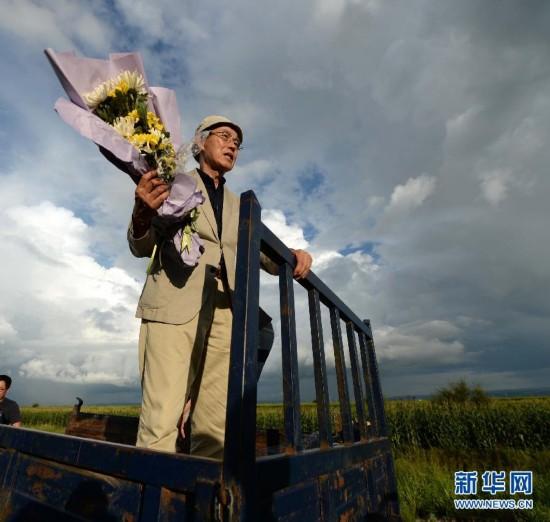 (抗战胜利70周年・新华视点・图片版)(1)日本73岁二战遗孤回中国祭扫养父母墓