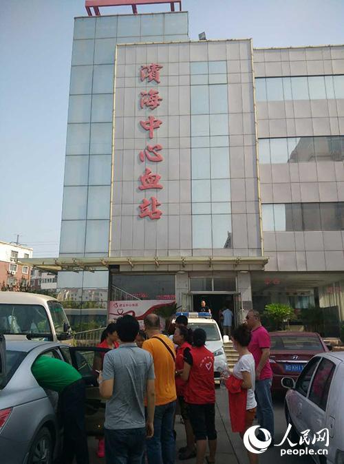 一批志愿者和市民开车开到天津滨海中心血站准备献血。唐述权摄。