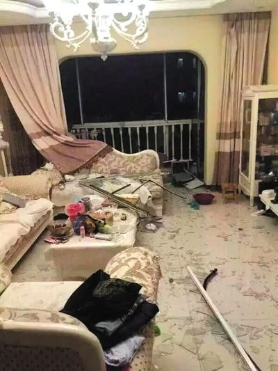 在一户居民家中,靠近阳台的落地窗完全破碎。