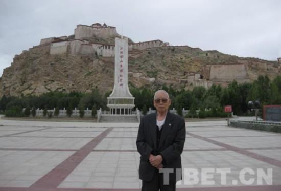 2011年7月29日,阴法唐在江孜宗山广场。