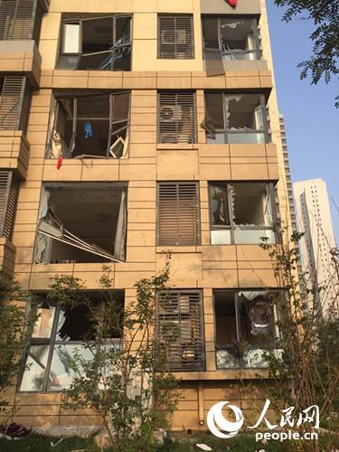 启航嘉园小区受爆炸影响,住户家中门窗被震碎。