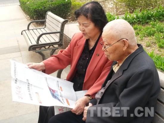 2015年3月30日,阴法唐和夫人李国柱在公园看报。