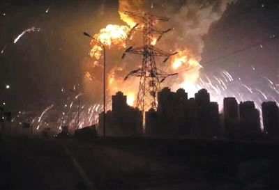 昨日23时30分左右,天津滨海新区港务集团瑞海物流危化品堆垛发生火灾,引发爆炸。本版图片网友友Man供图