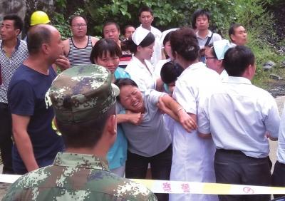 家属在警戒线外,泣不成声。商洛广播电视台供图