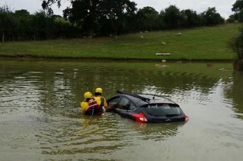 """80岁""""老""""司机误将车开入湖中淡定抽烟等救援"""