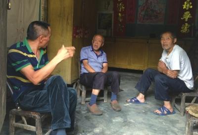 老矿工在讨论坍塌原因。京华时报记者 张思佳 摄