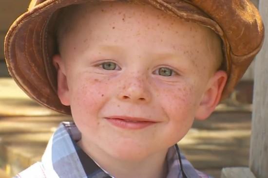 3岁的詹姆斯被选为镇长后不停微笑(网页截图)