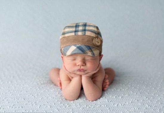 英摄影师催眠新生儿拍熟睡照
