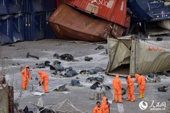 记者看到,有不少身穿防化服的战士仍在工作。人民网记者翁奇羽 摄