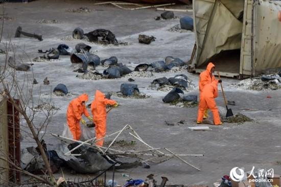 战士们在废墟上清理灰烬,仔细取样。人民网记者翁奇羽 摄