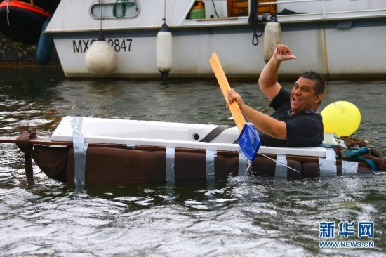 """比利时小城举办""""浴缸划船节""""(组图)"""