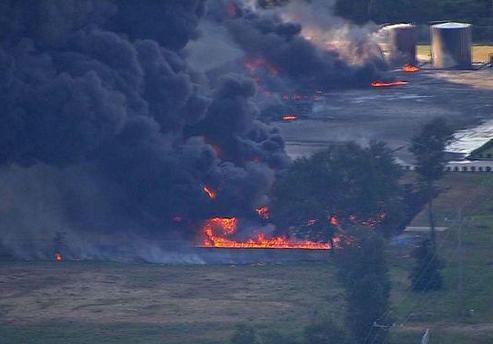 美国石油化工厂发生大爆炸现场黑烟直冲半空(图)